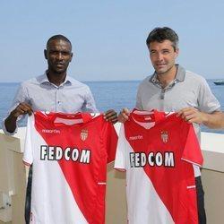 Éric Abidal posando con la camiseta del Mónaco