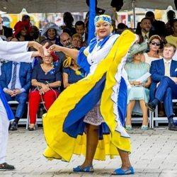 Los Reyes Máxima y Guillermo de Holanda asisten a un tradicional baile en su visita de Curazao