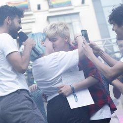 Marina y su novio Bast en el pregón del Orgullo de Madrid 2018