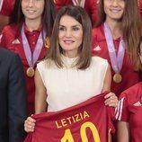 La Reina Letizia recibe una camiseta con su nombre en la audiencia a la Selección Nacional Femenina sub-17 de Fútbol