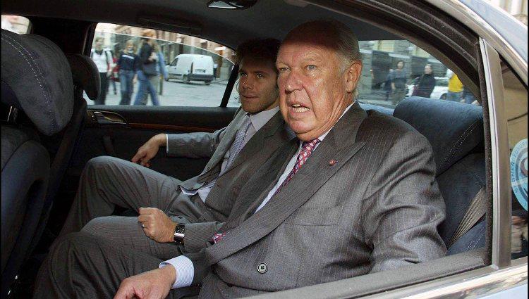 Víctor Manuel de Saboya junto a su hijo montados en un coche en Florencia