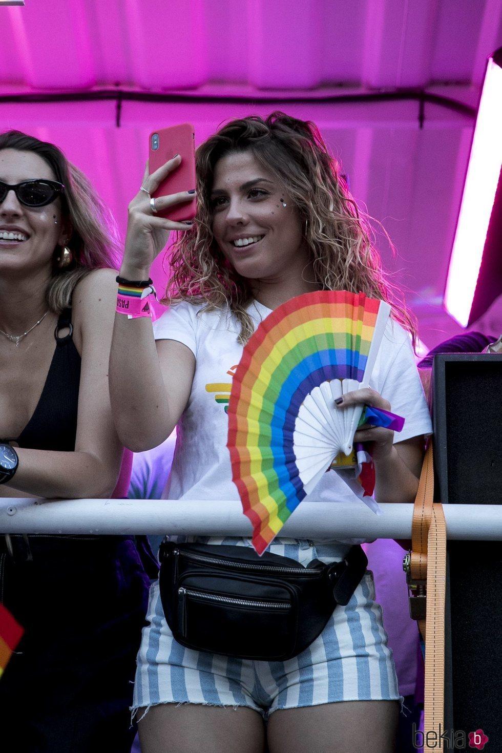Miriam Rodríguez muy sonriente en la carroza de 'Vis a Vis' en el Orgullo 2018