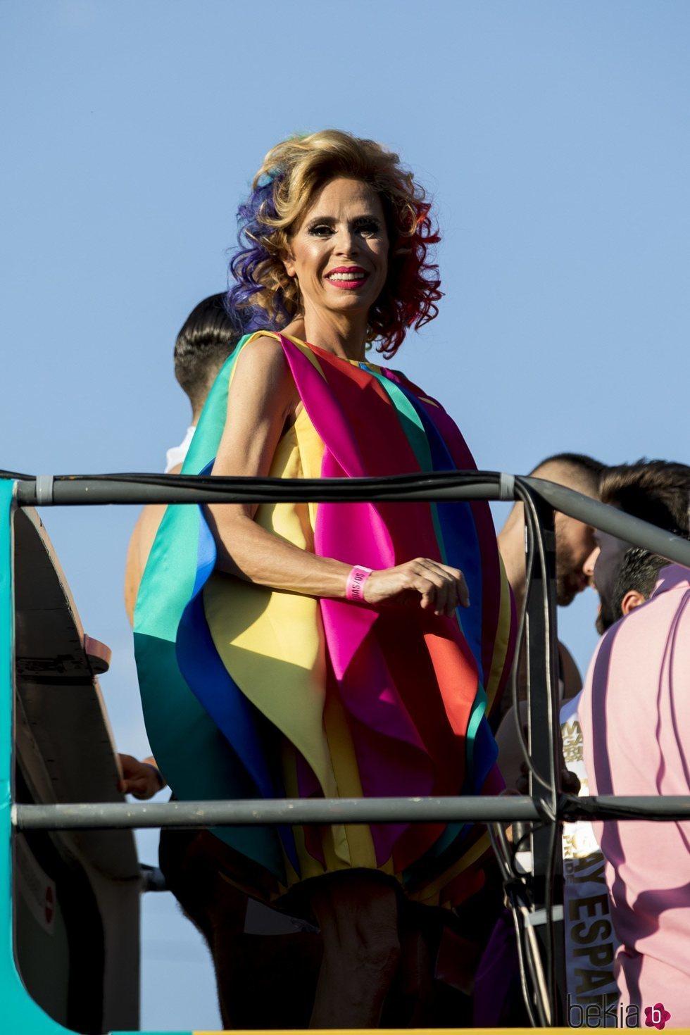 Ágatha Ruiz de la Prada muy sonriente durante el desfile del Orgullo 2018