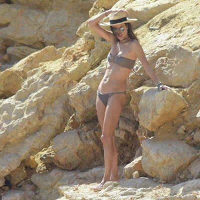 Alessandra Ambrossio en una rocosa playa de Ibiza