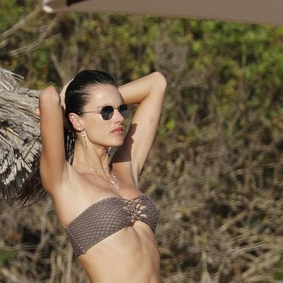 Alessandra Ambrosio luce cuerpazo en Ibiza