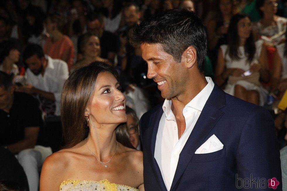 Ana Boyer y Fernando Verdasco sonrientes  en el front row de Pedro del Hierro en Madrid Fashion Week primavera/verano 2019