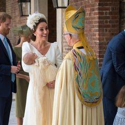 Kate Middleton saluda al Arzobispo de Canterbury con su hijo Luis en brazos en el bautizo del Príncipe Luis