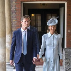 Pippa Middleton y James Matthews en el bautizo del Príncipe Luis