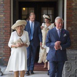El Príncipe Carlos, Camilla Parker, el Príncipe Guillermo y Kate Middleton en el bautizo del Príncipe Luis