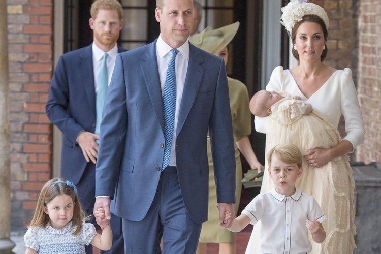 El Príncipe Guillermo y Kate Middleton con sus hijos en el bautizo del Príncipe Luis