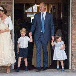 Los Duques de Cambridge y sus hijos Jorge, Carlota y Luis en el bautizo del Príncipe Luis