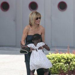 Susanna Griso divirtiéndose con su hija pequeña en la Madrid Fashion Week