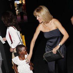 Susanna Griso agarrando la mano a su hija en la Madrid Fashion Week