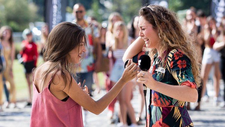 Ana Guerra pone la pegatina a una joven en el cásting de 'OT 2018' en Madrid