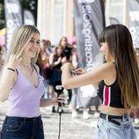 Aitana pone la pegatina a una joven en el cásting de 'OT 2018' en Madrid