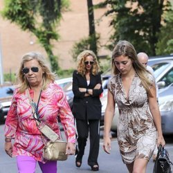 Carmen Borrego y su hija Carmen Almoguerra llegando al hospital para visitar a Terelu