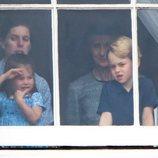 El Príncipe Jorge y la Princesa Carlota ven la exhibición aérea por el centenario de la RAF