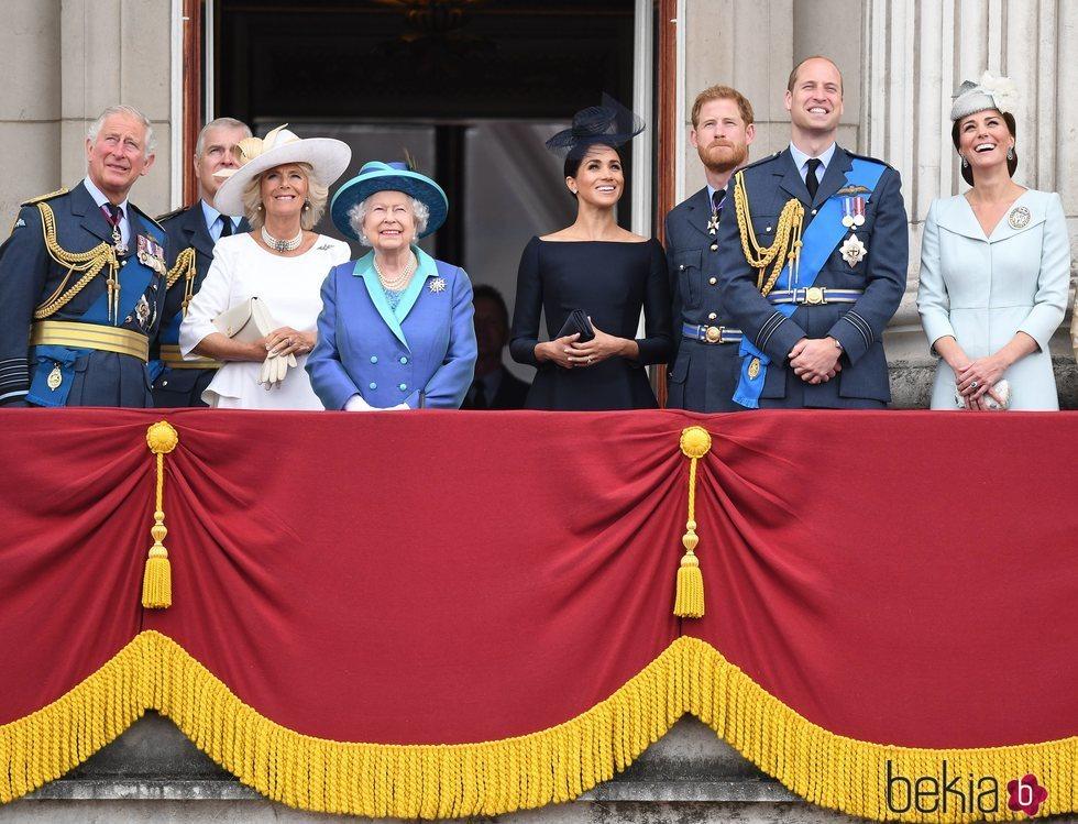 La Reina Isabel, el Príncipe Carlos, Camilla Parker, los Duques de Cambridge y los Duques de Sussex celebran el 100 aniversario de la RAF