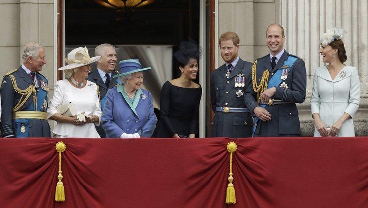 La Familia Real Británica riéndose en las celebraciones de los 100 años de la RAF