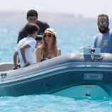 Borja Thyssen, Blanca Cuesta y su hijo en una embarcación en Ibiza
