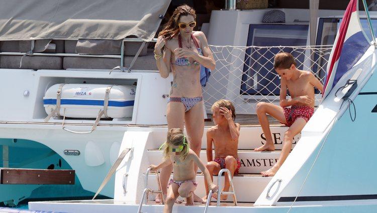 Blanca Cuesta y tres de sus hijos disfrutando de un baño en las aguas de Ibiza