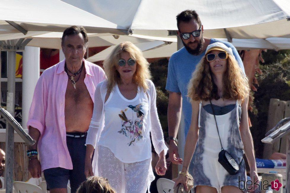 La Baronesa Thyssen, Manuel Segura, Borja Thyssen y Blanca cuesta de paseo por Ibiza