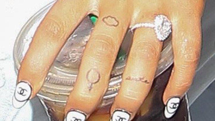 Ariana Grande luciendo el anillo de compromiso que le regalo Pete Davidson