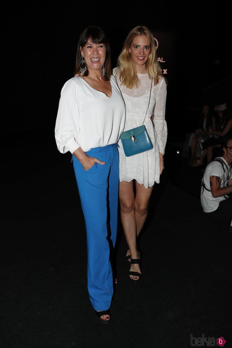 Mabel Lozano con una amiga en en el front row de Jorge Vázquez en Madrid Fashion Week primavera/verano 2019