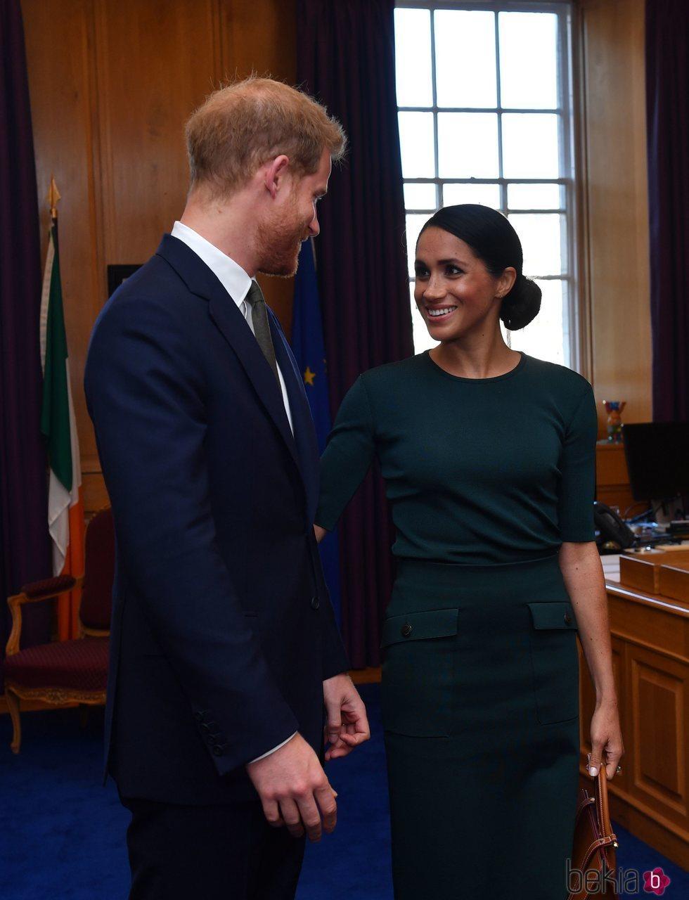 El Príncipe Harry y Meghan Markle, muy cómplices en su encuentro con el Primer Ministro de Irlanda