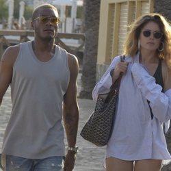 Doutzen Kroes y Sunnery James paseando por las calles de Ibiza