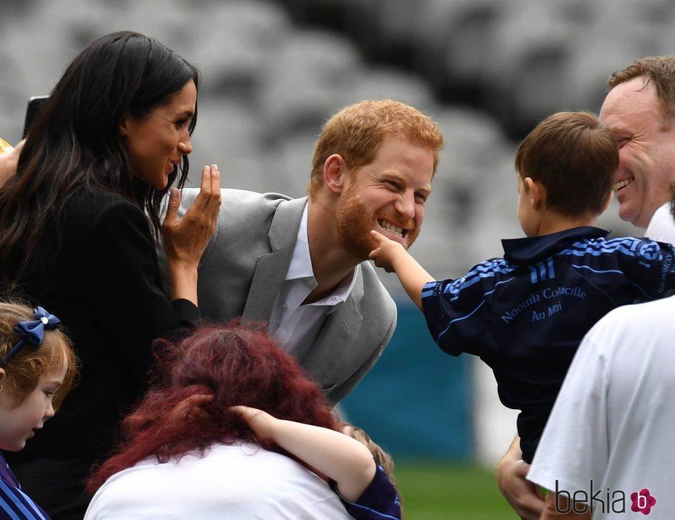 El Príncipe Harry, muy cariñoso con un niño en los Gaelic sports en Irlanda