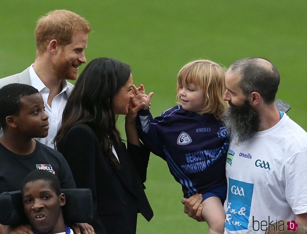 Meghan Markle, muy cariñosa con un niño en los Gaelic Sports en Irlanda