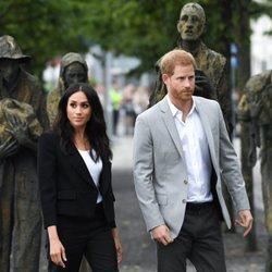 El Príncipe Harry y Meghan Markle con el monumento Famine Memorial de Dublín