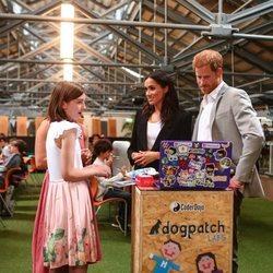El Príncipe Harry y Meghan Markle visitan DogPatch Labs