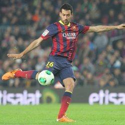 Sergio Busquets jugando un partido con el Barça