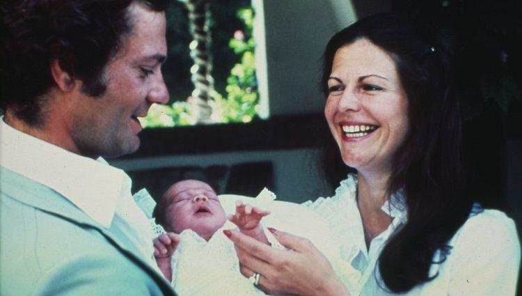 Carlos Gustavo y Silvia de Suecia con su hija Victoria con días de vida