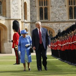 La Reina Isabel II y Donald Trump inspeccionando la Guardia de Honor