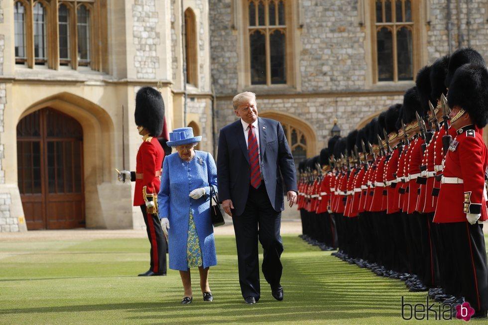 La Reina Isabel II y Donald Trump inspeccionando la Guardia de Honor