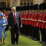 El presidente Donald Trump y la Reina Isabel II viendo a la Guardia de Honor