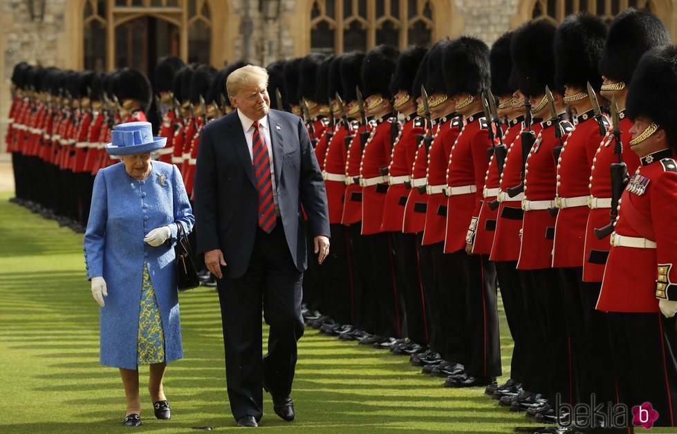 El presidente Donald Trump y la Reina Isabel II viendo a la Guardia de Honor