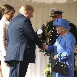 Donald Trump saludando a la Reina Isabel II
