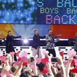 Los Backstreet Boys bailando en un concierto en NY