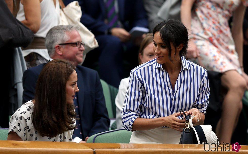 Kate Middleton y Meghan Markle llegando a su sitio en Wimbledon 2018