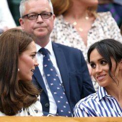 Meghan Markle y Kate Middleton muy cómplices la final femenina de Wimbledon 2018