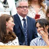 Meghan Markle y Kate Middleton charlando animadamente en la final femenina de Wimbledon 2018