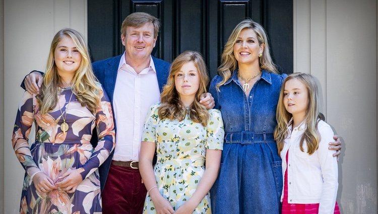 Guillermo y Máxima de Holanda junto a sus hijas en el posado veraniego 2018