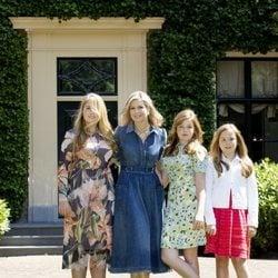 Máxima de Holanda junto a sus hijas en el tradicional posado veraniego 2018
