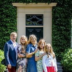 Guillermo y Máxima de Holanda junto a sus hijas sonríen divertidos en el posado veraniego 2018