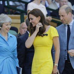 Los Duques de Cambridge y la Primera Ministra británica, Theresa May, en la final masculina de Wimbledon 2018
