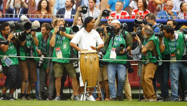 Ronaldinho actuando durante la actuación musical del Mundial de Fútbol de Rusia 2018